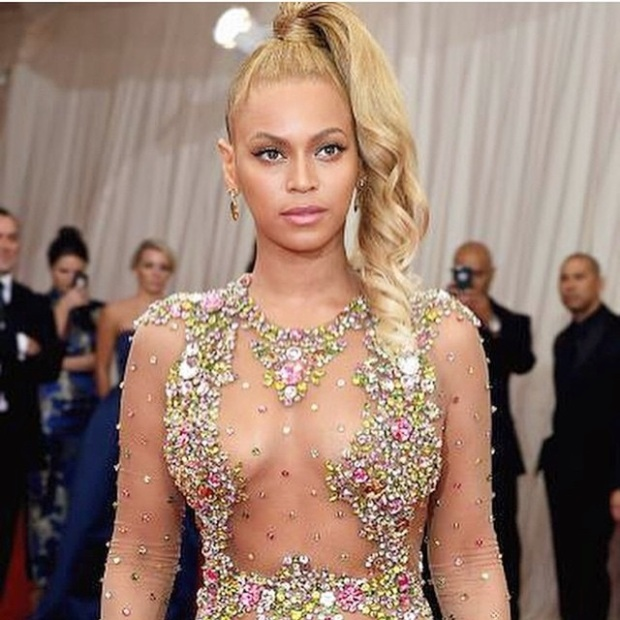 Beyonce rocked this playful high ponytail with her sexy dress.